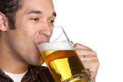 Cerveza de consumición del hombre Imagen de archivo libre de regalías