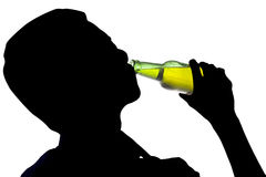 Cerveza de consumición del hombre borracho fotos de archivo