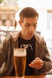 Cerveza de consumición del hombre joven Imagen de archivo libre de regalías