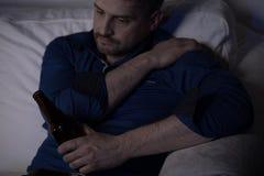 Cerveza de consumición del hombre solo Foto de archivo libre de regalías