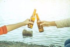 Cerveza de consumición que se sienta de la mujer que se relaja el día de fiesta Imagen de archivo