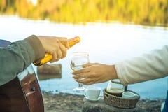 Cerveza de consumición que se sienta de la mujer que se relaja el día de fiesta Imágenes de archivo libres de regalías