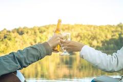 Cerveza de consumición que se sienta de la mujer que se relaja el día de fiesta Foto de archivo