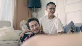 Cerveza de consumición de relajación del músico asiático joven almacen de metraje de vídeo