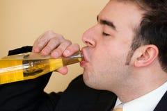 Cerveza de consumición del hombre Foto de archivo libre de regalías