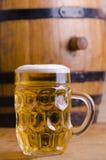 Cerveza de cristal con el barril. Fotografía de archivo libre de regalías