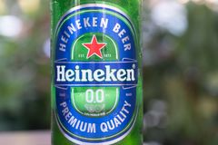 Cerveza de cerveza dorada superior de la calidad de Heineken fotografía de archivo