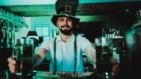 Cerveza de Holds Glasses With del camarero Día del ` s de St Patrick fotos de archivo libres de regalías