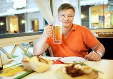 Cerveza de la bebida del hombre Fotografía de archivo libre de regalías