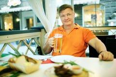 Cerveza de la bebida del hombre Imágenes de archivo libres de regalías
