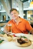 Cerveza de la bebida del hombre Imagen de archivo