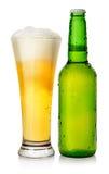 Cerveza de la botella y de la taza foto de archivo libre de regalías