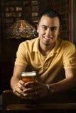 Cerveza de la explotación agrícola del hombre. Imagen de archivo