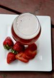 Cerveza de la fresa con las fresas plateadas Fotografía de archivo libre de regalías