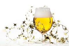 Cerveza de la Navidad con malla Imagen de archivo