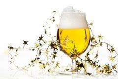 Cerveza de la Navidad con malla Foto de archivo