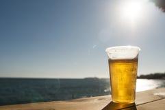 Cerveza de la playa Fotos de archivo libres de regalías