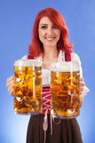 Cerveza de la porción de la muchacha de Oktoberfest Imágenes de archivo libres de regalías