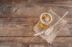 Cerveza de la visión superior en la tabla de madera Foto de archivo