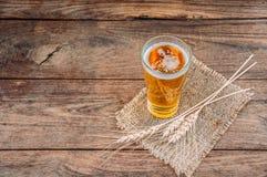 Cerveza de la visión superior en la tabla de madera Imágenes de archivo libres de regalías