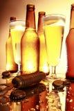 Cerveza de oro en el contador Imagen de archivo