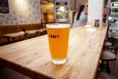 Cerveza del arte en barra Foto de archivo