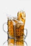 Cerveza del chapoteo en vidrios Fotografía de archivo libre de regalías