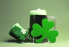Cerveza del St Patricks, trébol y sombrero verdes del Leprechaun Fotografía de archivo libre de regalías