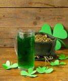 Cerveza del verde del día de St Patrick con el trébol Foto de archivo