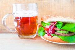 Cerveza deliciosa de la taza de la hamburguesa de la carne de vaca Imagen de archivo