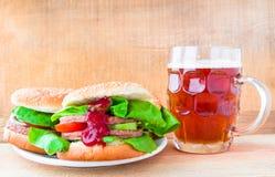 Cerveza deliciosa de la taza de la hamburguesa de la carne de vaca Fotos de archivo libres de regalías