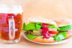 Cerveza deliciosa de la taza de la hamburguesa de la carne de vaca Foto de archivo libre de regalías