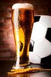 Cerveza dorada con la bola Fotografía de archivo