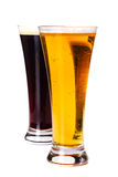 Cerveza dorada de los vidrios y cerveza oscura Imagen de archivo