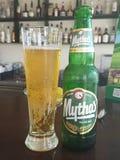 Cerveza dorada de Mythos Imagen de archivo