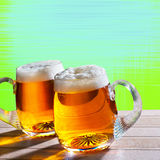 Cerveza dos en la tabla con el fondo moderno Imagen de archivo libre de regalías
