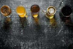 Cerveza en diversos vidrios fotos de archivo