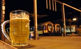 Cerveza en la estación de tren, Europa Oriental Foto de archivo libre de regalías