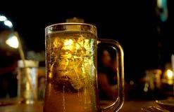 Cerveza en la noche Fotografía de archivo
