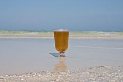 Cerveza en la playa Imagenes de archivo