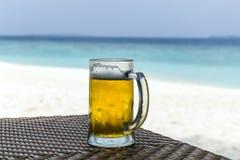 Cerveza en la playa Fotografía de archivo libre de regalías