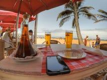 Cerveza en la playa de Gran Canaria foto de archivo