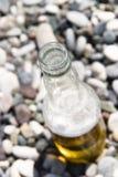 Cerveza en la playa en el sol Imagenes de archivo