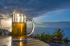 Cerveza en la puesta del sol Imágenes de archivo libres de regalías