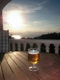 Cerveza en la puesta del sol Imagenes de archivo