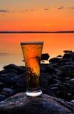 Cerveza en puesta del sol Imagenes de archivo