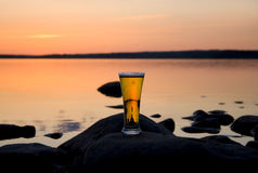Cerveza en puesta del sol Foto de archivo libre de regalías