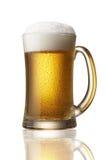 Cerveza en taza Imagen de archivo