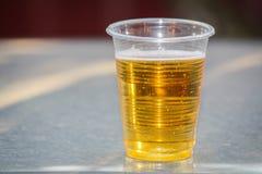 Cerveza en taza plástica Foto de archivo libre de regalías