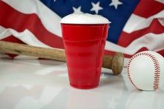 Cerveza en taza roja con béisbol fotografía de archivo